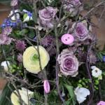 Gesteck aus rosanen Rosen dekorativ gestaltet