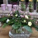 Blumenstrauß in Glasvase fachmännisch gesteckt