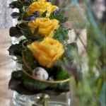Gelbe Rosen auf der Fensterbank in Glasvasen