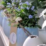 Blumen in blauen Töpfen geschmackvoll dekoriert von Bianca's Blumenstil
