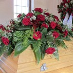 Sargschmuck - rote Rosen - Biancas Blumenstil - Gersfeld Rhön